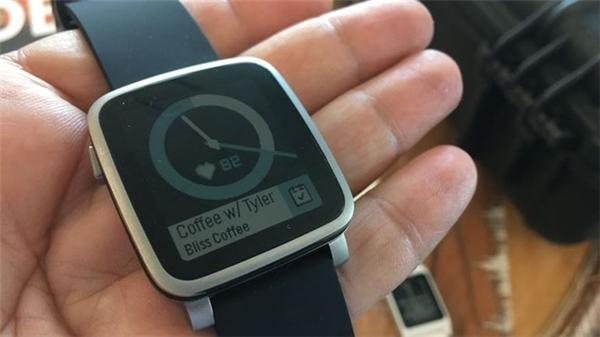 Đầu tháng 12, Fitbit mua lại Pebble và tuyên bố ngưng hỗ trợ mọi sản phẩm. Các sản phẩm nối tiếp như Time 2 và Core có nguy cơ không bao giờ ra mắt.