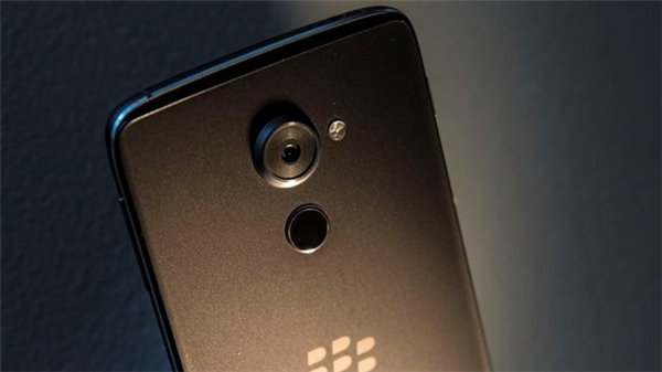 Dù khó tránh khỏi, BlackBerry vẫn làm nao lòng người hâm mộ. BlackBerry tuyên bố rút khỏi mảng phần cứng vào tháng 9, các sản phẩm về sau (nếu có) sẽ được Foxconn chịu trách nhiệm.