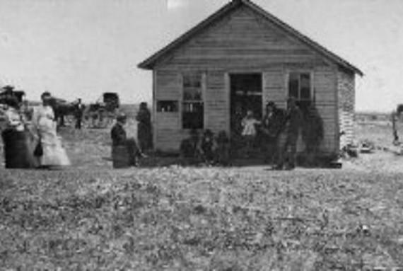 Vị trí của nhà trọ Bender nằm ngay trên đường chính để đến miền Tây đất hứa. Ban đầu, nhà trọ Bender chỉ có một phòng nhưng sau đó được tách đôi. Một phần làm nhà trọ cho khách nghỉ, phần còn lại là cửa hàng tạp hóa của gia đình.