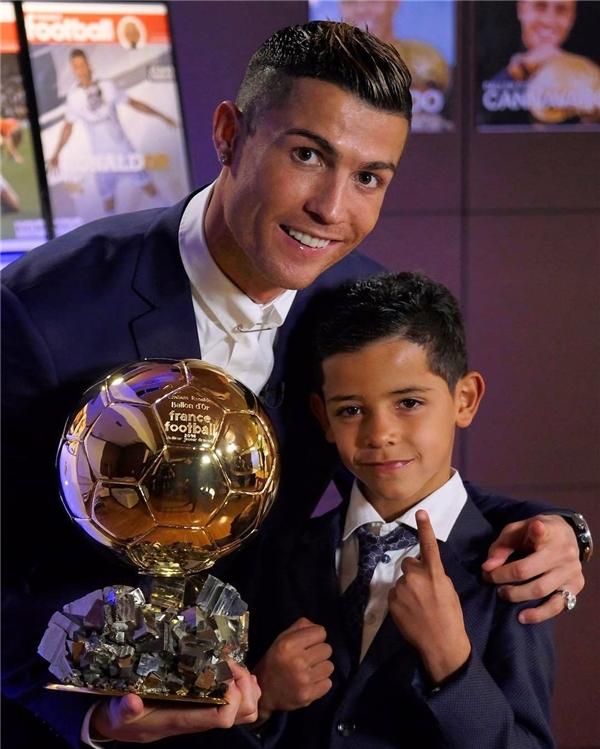 Cậu bé cùng bố đi dự lễ trao giải Quả bóng vàng 2016.