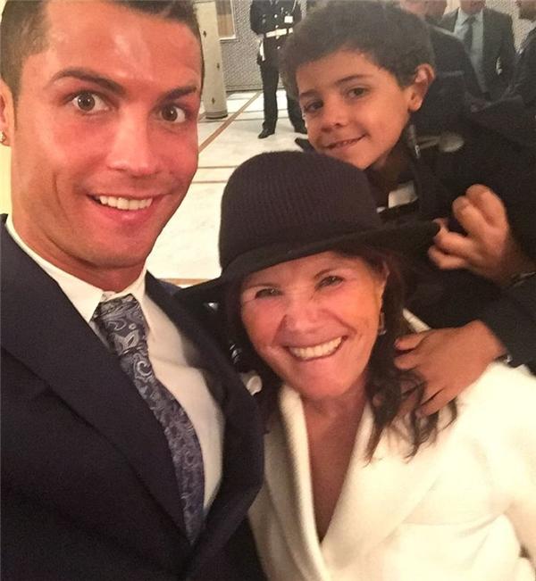 Mẹ của Ronaldo cũng góp một phần lớn công sức trong việc nuôi dạy bé Ronaldo Junior nên người.