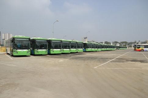 30 chiếc xe buýt nhanh BRT đang đỗ tại khu vực bến xe Yên Nghĩa.