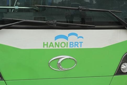 Xe buýt nhanh được sơn màu xanh trắng, phía đầu xe có logo Hanoi BRT tạo sự thân thiện.