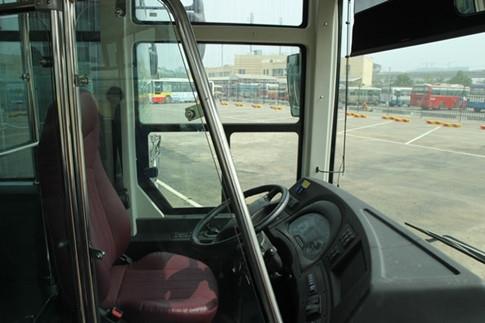 Lái xe sẽ được ngăn cách với khoang hành khách bởi vách ngăn kính cường lực.