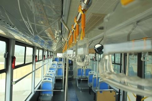 Bên trong xe, tay nắm được bố trí cho hành khách đứng.