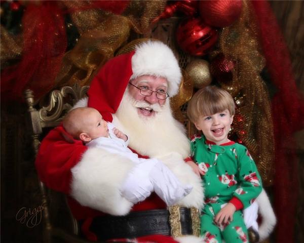 Eric Schmitt-Matzen là Ông già Noel vui tính, chuyên phân phát niềm vui cho các em thiếu nhi khắp mọi nơi.