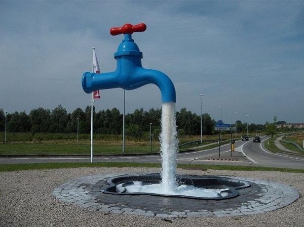 Vòi nước xanh với chốt khóa đỏ nổi bật tạiYpres, Bỉ.