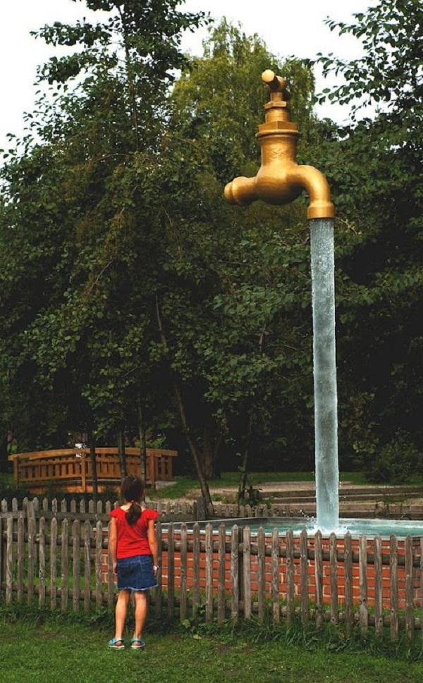 Một bé gái đang ngắm nhìn vòi nước ởthành phố Wisconsin, Mỹ.