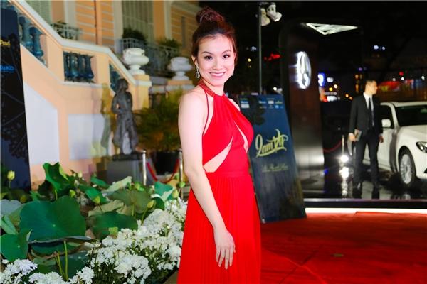 Hoa hậu Thùy Lâm cuốn hút với sắc đỏ rực rỡ cùng thiết kế cắt xẻ táo bạo ở phần ngực. Sau 8 năm đăng quang, cô vẫn trẻ trung như thuở xuân thì.