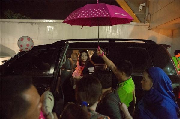 Ngay sau lễ chào đón trân trọng và nồng ấm tại sân bay, Lý Nhã Kỳ được nhà vua cùng đoàn xe hộ tống lập tức đưa cô về thành phố Davao nghỉ ngơi sau chuyến bay dài để chuẩn bị cho các hoạt động của Lễ sắc phong. - Tin sao Viet - Tin tuc sao Viet - Scandal sao Viet - Tin tuc cua Sao - Tin cua Sao