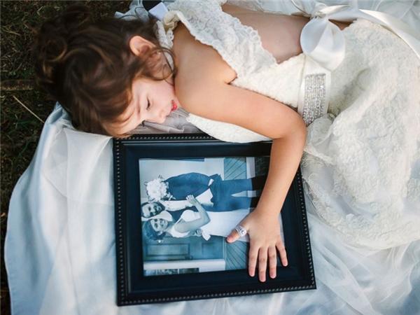 Bé Nora Davis (4 tuổi), mặc bộ váy cưới và đeo chiếc nhẫn cưới của mẹ, thực hiện bộ ảnh cưới vào ngày kỷ niệm một năm mẹ em qua đời vì ung thư cổ tử cung. Những hình ảnh vui tươi của em khiến gia đình nhận ra rằng, dù có trải qua đau thương, mất mát, cuộc sống vẫn cứ tiếp diễn.