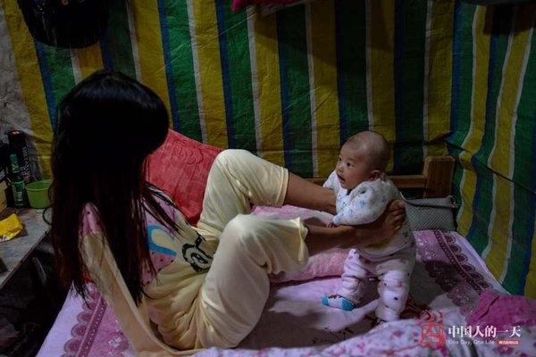 Xiang Liping, người Hồ Nam, Trung Quốc, bị mất cả hai tay từ khi lên 4 vì bị giật điện. Từ nhỏ cô phải tự mình làm tất cả mọi việc bằng đôi chân, ngoại trừ việc mặc quần áo. Hình ảnh Xiang bế và chơi đùa với con bằng chân khiến hàng triệu người xúc động.