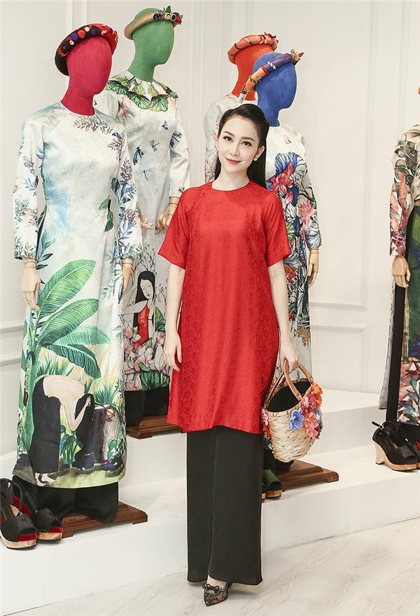 Trong trang phục áo dài lụa của NTK Thuỷ Nguyễn, Linh Nga khoe vẻ dịu dàng, đằm thắm