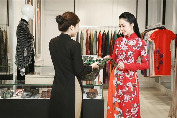 Những chiếc khăn có hoạ tiết độc đáo, màu sắc rực rỡ của NTK Sĩ Hoàng cũng được Linh Nga lựa chọn làm quà tặng cho những dịp biểu diễn giao lưu tại nước ngoài