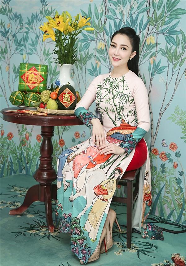 Hoạ tiết áo dài dân gian của NTK Tùng Vũ cũng được Linh Nga lựa chọn.