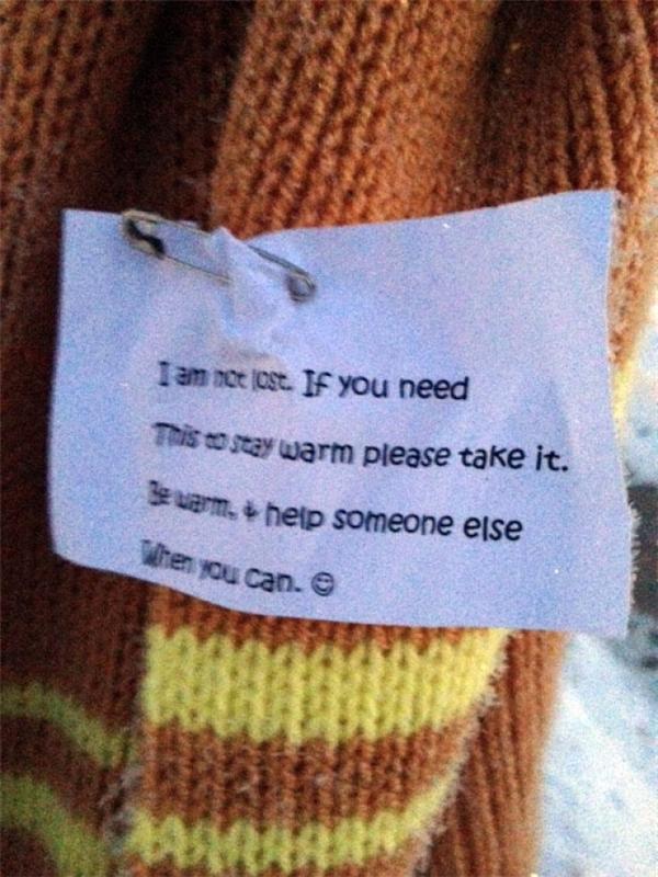 """Carrie Sexton chia sẻ: """"Tôi đã thấy bức thông điệp trên chiếc khăn. Nó đơn giản chỉ là : """"Đây không phải đồ thất lạc, nếu bạn đang cần nó, hãy dùng lấy để giữ ấm"""". Ngay lập tức tôi tự nói với bản thân mình rằng tôi có thể làm điều đó và tôi muốn làm điều đó""""."""