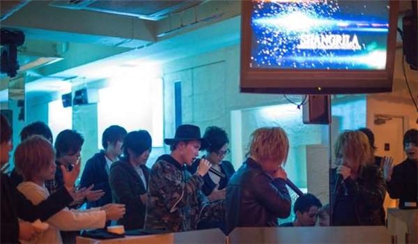 Mỗi lần có khách nữ gọi champagne, các chàng trai trong câu lạc bộ sẽ cùng nhau hát một ca khúc được quy định sẵn nhằm tỏ lòng cảm kích số tiền khách đã chịu chi ra.
