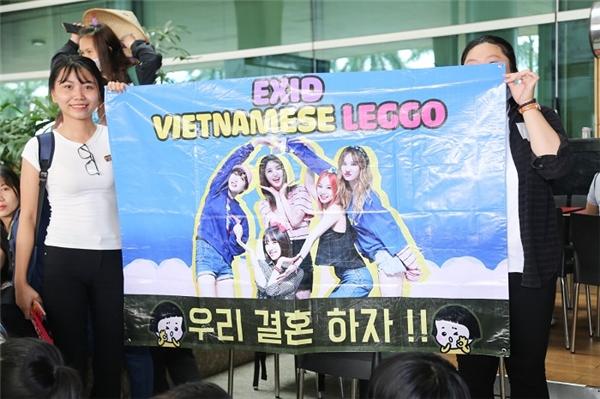 Fan Việt náo loạn sân bay, EXID cười tươi rạng rỡ