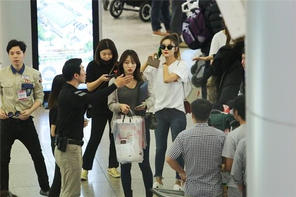 Những hình ảnh đầu tiên của 5 cô gái khi đáp xuống sân bay Tân Sơn Nhất. Diện trang phục thoải mái và năng động, EXID nhanh chóng đốn tim fan bằng vẻ ngoài rạng rỡ và làn da đẹp như sương mai.