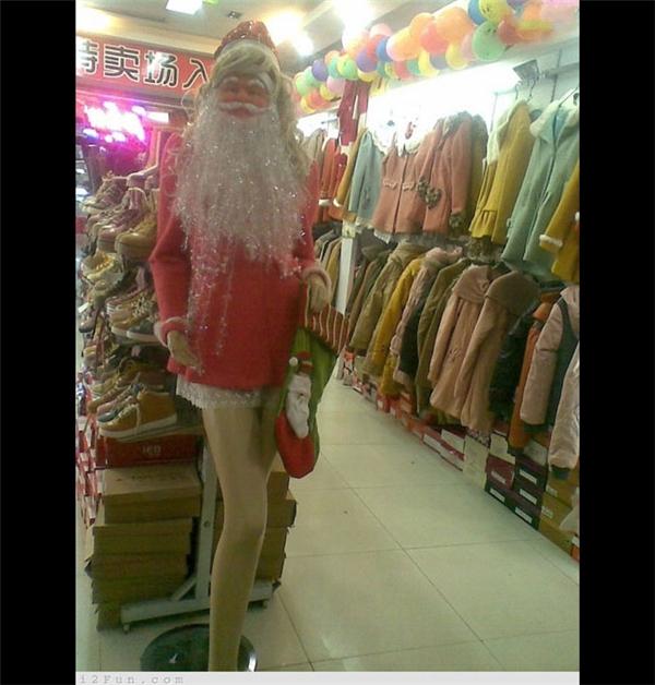 Ông già Noel này có gì đó hơi... sai trái.(Ảnh: Internet)