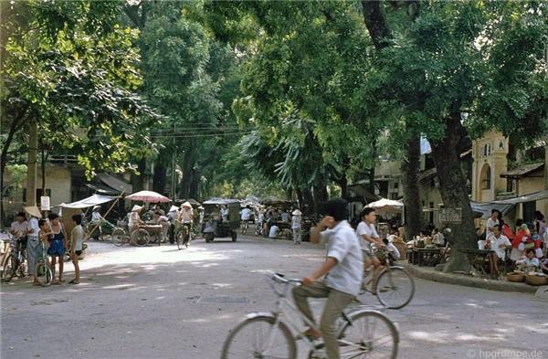 Nao lòng bộ ảnh chụp nhịp sống Hà Nội những năm cuối thế kỉ 20