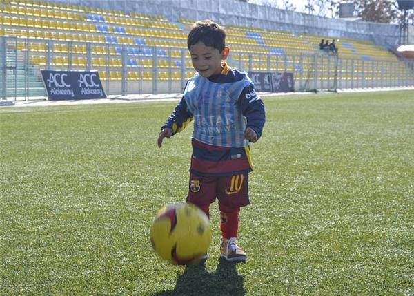 """Cậu bé nghèo chinh phục cả Messi: Chiếc áo """"thần thánh"""" từ… bọc nylon"""