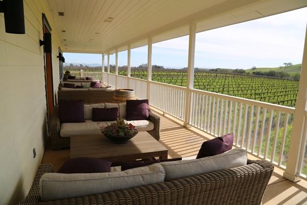 Ban công tầng hai cũng là nơi được tỉ phú Hoàng Kiều bài trí đơn giản với hệ thống bàn ghế giúp khách ghé thăm có thể ngắm trọn vẻ đẹp bình yên, dịu dàng của những vườn nho.