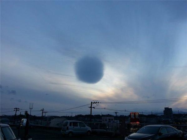 Ngỡ ngàng với đám mây hình quả cầu khổng lồ trên bầu trời Nhật Bản