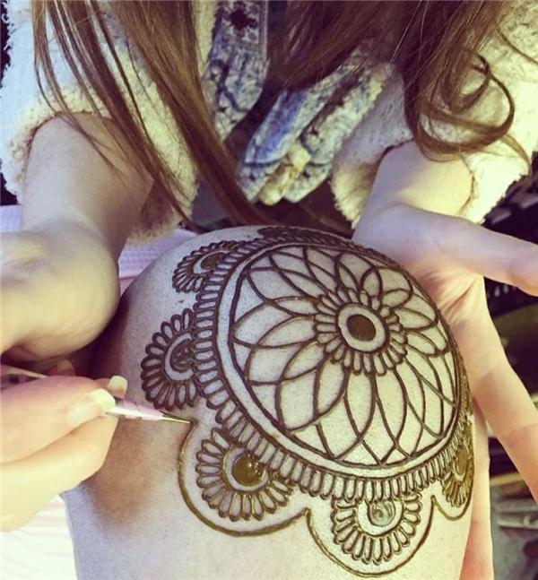Tuyệt vời những tác phẩm henna trên người mẫu bị ung thư