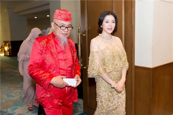 Chủ trì tiệc chào mừng là Hoàng đế Sultan Mangacop Umpa Saudvới sự có mặt của khách mời là đại diện lãnh đạo của thành phố Davao và các vùng miền của bộ tộc Mindanao. - Tin sao Viet - Tin tuc sao Viet - Scandal sao Viet - Tin tuc cua Sao - Tin cua Sao