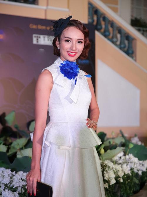 Chiếc nơ hoa màu xanh cobant nổi bật đã phá hỏng hoàn toàn bộ váy trắng thanh lịch, cổ điển của Hoa hậu Ngọc Diễm. Có thể thấy, việc tham quá nhiều chi tiết, phụ kiện rất dễ phản tác dụng.