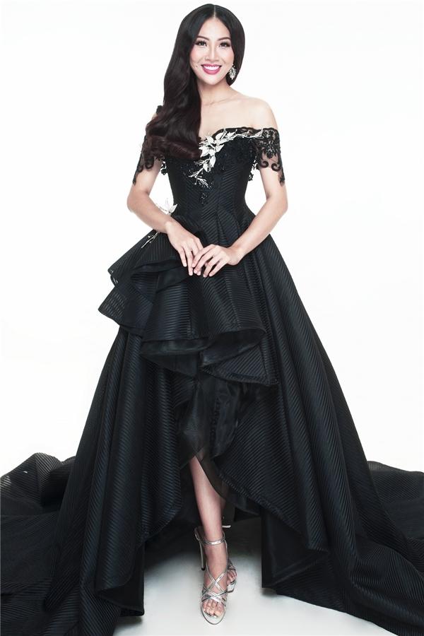 Thiết kế thứ hai lại có sắc đen huyền bí, mạnh mẽ với cấu trúc mullet bất đối xứng lạ mắt. Nhà thiết kế Anh Thư sử dụng cấu trúc tạo phom corset để tôn lên vòng eo gợi cảm của Diệu Ngọc. Phần chân váy trông khá hoành tráng với những nếp gấp phân tầng liên tục.