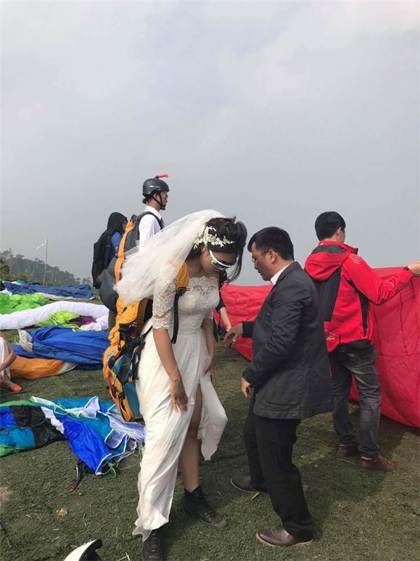 Cô dâu đeo đai chuẩn bị bay đến nơi tổ chức lễ cưới