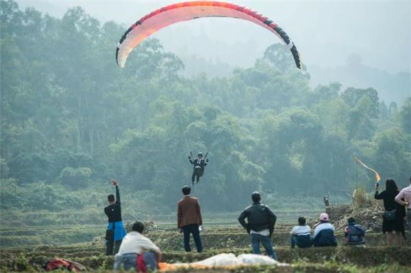Chú rể vượt quãng đường bay 3 km chuẩn bị hạ cánh xuống nơi cử hành hôn lễ.