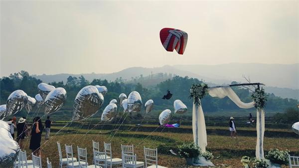 Cận cảnh màn rước dâu bằng dù lượn độc nhất của cặp đôi Hà Thành