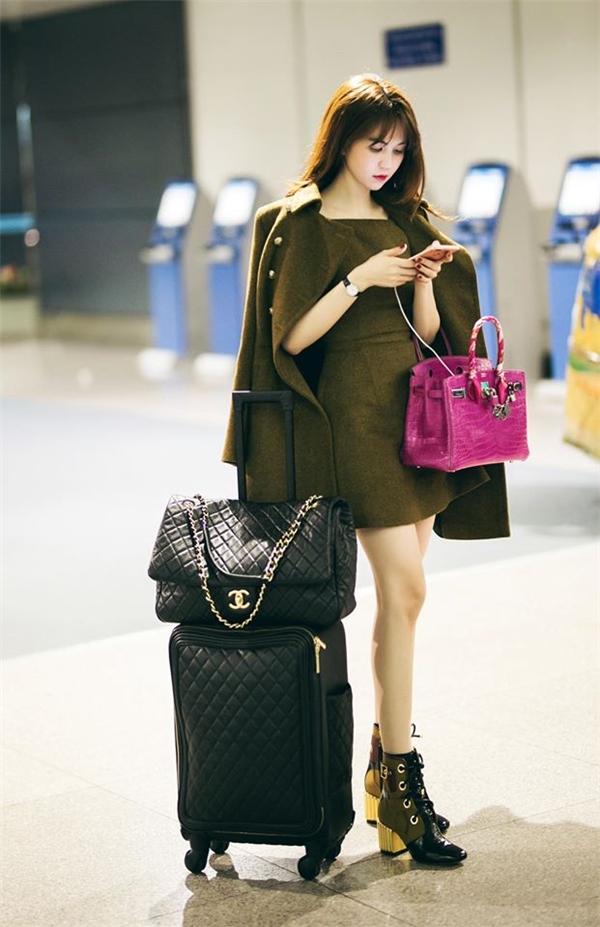 """Túi Chanel da chần quả trám mới tậu, có giá 300 triệu đồng là item được Ngọc Trinh hết mực """"sủng ái"""". Mĩnhân sinh năm 1989 còn mang theo cả phiên bản flap bag đính sequin của nhà mốt Chanel. - Tin sao Viet - Tin tuc sao Viet - Scandal sao Viet - Tin tuc cua Sao - Tin cua Sao"""