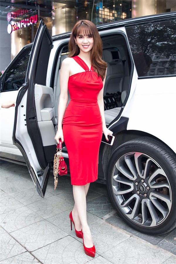 """Song song cùng những đôi giày cao cấp, những thiết kế cao gót có giá """"mềm"""" hơn như đôi Casadei đỏ rực rỡ trong hình cũng được người đẹp """"rinh"""" về tủ đồ. - Tin sao Viet - Tin tuc sao Viet - Scandal sao Viet - Tin tuc cua Sao - Tin cua Sao"""