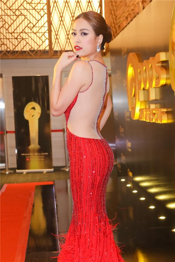 Người đẹp diện đầm đuôi cá màu đỏ nổi bật, ôm sát cơ thể khoe trọn đường cong gợi cảm. - Tin sao Viet - Tin tuc sao Viet - Scandal sao Viet - Tin tuc cua Sao - Tin cua Sao