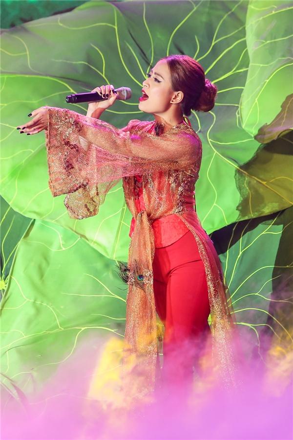 Hoàng Thùy Linh khéo léo chọn cho mình trang phục yếm cách điệu, bên ngoài cô chọn áo dài gấm kết hợp với khăn đóng được thiết kế vô cùng cầu kỳ - Tin sao Viet - Tin tuc sao Viet - Scandal sao Viet - Tin tuc cua Sao - Tin cua Sao