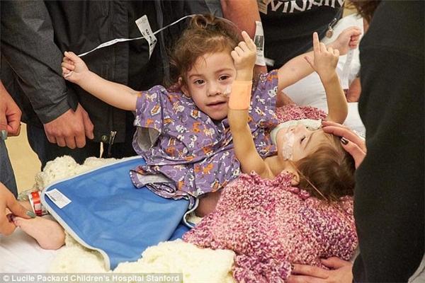 Trước khi phẫu thuật, sức khỏe của các bé ngày càng tệ đi, nhưng may mắn là chỉ sau ca mổ 6 ngày, cả hai đã hoạt bát trở lại.