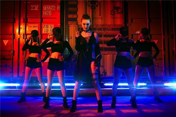Nữ ca sĩ có dịp thể hiện những động tác vũ đạo sôi động, nhuần nhuyễn, chứng tỏ sự trưởng thành sau 2 năm theo đuổi con đường chuyên nghiệp.  - Tin sao Viet - Tin tuc sao Viet - Scandal sao Viet - Tin tuc cua Sao - Tin cua Sao