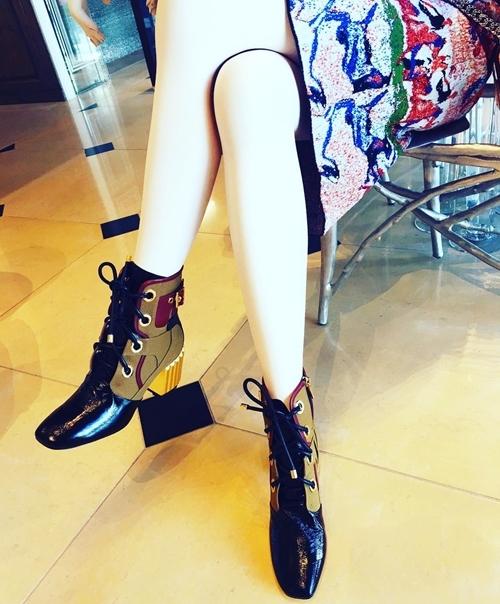 Ngoài đôi boots màu trắng, người đẹp còn sở hữu phiên bản phối da màu tối, gót ánh kim vô cùng thời thượng của Dior. - Tin sao Viet - Tin tuc sao Viet - Scandal sao Viet - Tin tuc cua Sao - Tin cua Sao