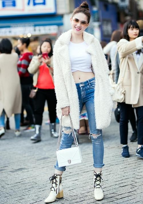 Dạo phố đông, Ngọc Trinh chưng diện đôi boots dáng oxford từ bộ sưu tập Resort 2017 của Dior, mix ăn ý với túi Diorama trắng cùng thương hiệu. - Tin sao Viet - Tin tuc sao Viet - Scandal sao Viet - Tin tuc cua Sao - Tin cua Sao