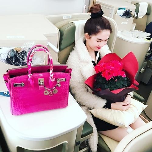 """Trên chuyến bay ra nước ngoài tận hưởng du lịch, """"nữ hoàng nội y"""" đã mang theo chiếc túi Hermès Birkin da cá sấu, phiên bản màu hồngfuchsia có giá lên tới hơn 1,5 tỉ đồng. - Tin sao Viet - Tin tuc sao Viet - Scandal sao Viet - Tin tuc cua Sao - Tin cua Sao"""