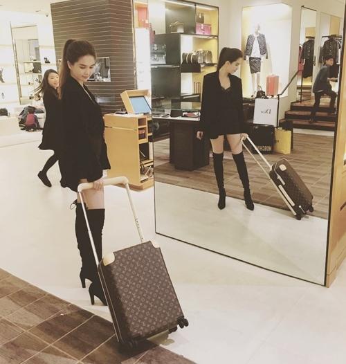 Người đẹp gốc Trà Vinh còn mạnh tay đầu tư hơn 60 triệu đồng để tậu chiếc vali họa tiết monogram trứ danh của thương hiệu Louis Vuitton. - Tin sao Viet - Tin tuc sao Viet - Scandal sao Viet - Tin tuc cua Sao - Tin cua Sao