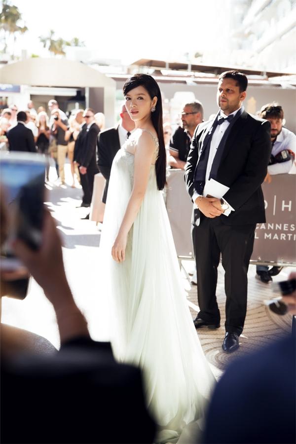 Bộ váy màu nude với dáng váy ren ôm sát bên trong kết hợp lớp voan lụa mỏng manh bên ngoài của Lý Nhã Kỳ trên thảm đỏ Cannes 2016 khiến người đối diện phải ngẩn ngơ khi cô trông đẹp như một thiên thần. Có thể nói năm 2016 này, Lý Nhã Kỳ chính là mỹ nhân Việt có màn xuất hiện ấn tượng nhất trên thảm đỏ quốc tế.