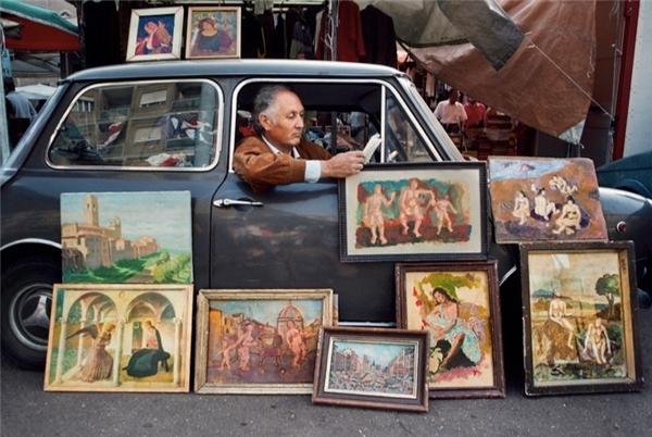 Một người đàn ông bán tranh ở Rome.