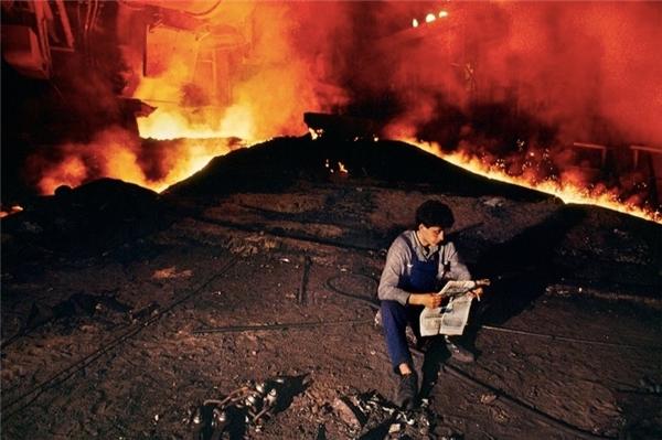Trong giờ giải lao, người công nhân ở Serbia này chọn đọc một vài trang báo.