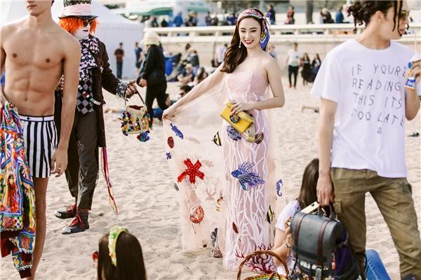 Bộ váy với cảm hứng đại dương cũng giúp Phương Trinh gây ấn tượng mạnh và lọt vào tầm ngắm của nhà mốt danh tiếng thế giới Dolce and Gabbana. Cô xuất hiện trên loạt ảnh quảng bá của thương hiệu này.