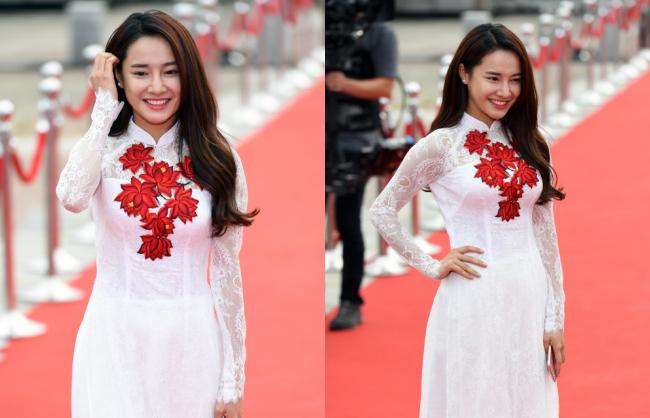 Khác với 3 mỹ nhân trên, Nhã Phương lại chọn áo dài truyền thống khi tham gia buổi lễ trao giải tại Hàn Quốc. Và nữ diễn viên đã tỏa sáng theo cách riêng khi được khen ngợi hết lời bởi bộ trang phục góp phần tôn lên nét thanh tú, ngọt ngào của cô.